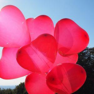 dekoracje balonowe, pudło-prezent z balonami, napełnianie helem balonów