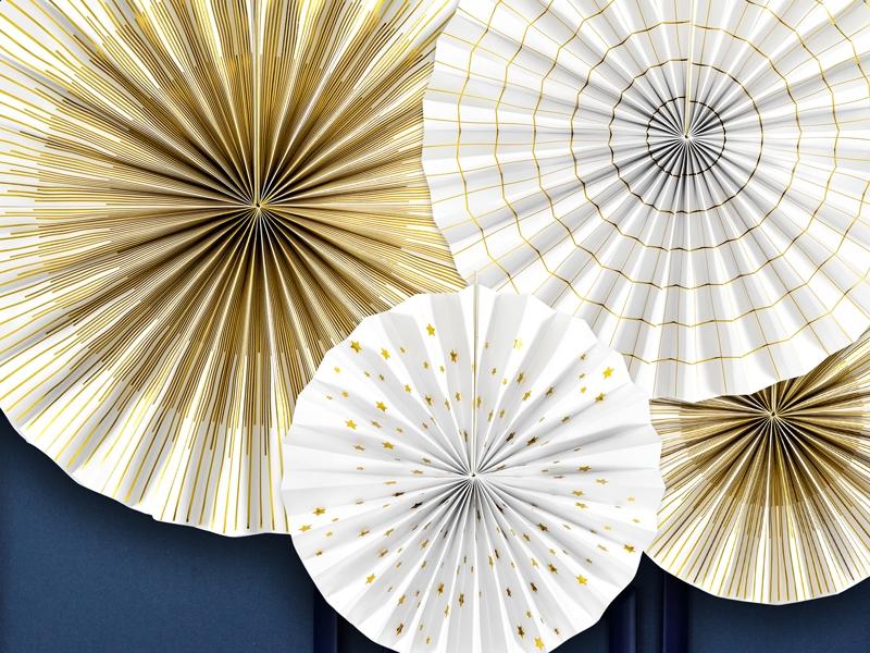 białe rozety papierowe ze złotym nadrukiem, biało-złote rozety, rozety do dekoracji na Sylwestra, Nowy Rok, dekoracyjne rozety na wystawy sklepowe