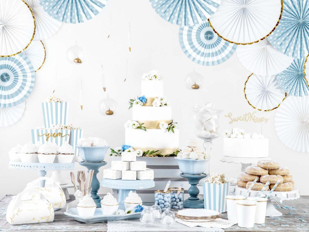 białe ze złotym brzegiem ozdobne rozety papierowe, błękitne rozety papierowe, dekoracje candy-bar, dekoracje weselne, dekoracje urodzinowe, d