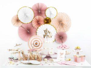 białe ze złotym brzegiem ozdobne rozety papierowe, dekoracje candy-bar, dekoracje weselne, dekoracje wystaw sklepowych