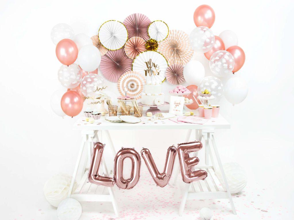 białe ze złotym brzegiem ozdobne rozety papierowe, dekoracje candy-bar, dekoracje weselne,dekoracje wystaw sklepowych