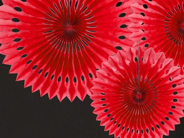 czerwone ozdobne rozety papierowe, dekoracje candy-bar, dekoracje weselne, dekoracje urodzinowe, dekoracje wystaw sklepowych