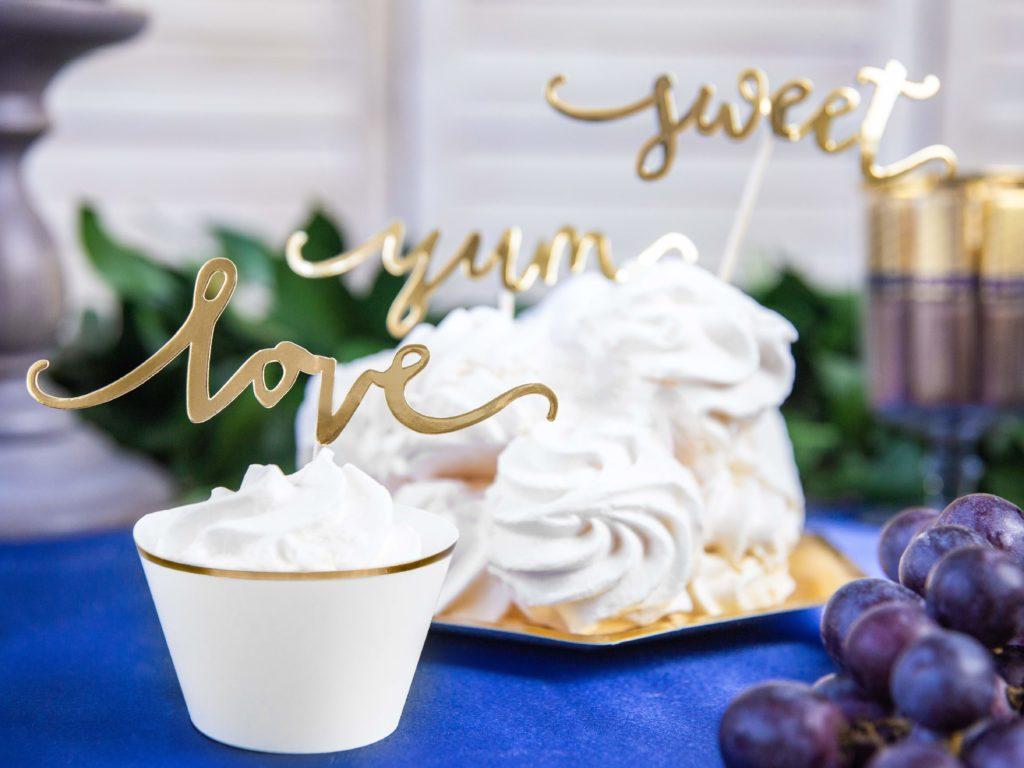 dekoracje na muffinki,papilotki na muffinki białe ze złotym brzegiem, dekoracje candy-bar