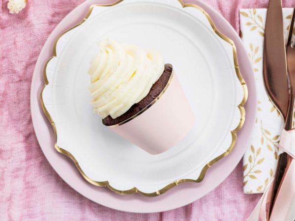 dekoracyjne papilotki na muffinki,papilotki na muffinki pudrowy róż ze złotym brzegiem, dekoracje candy-bar