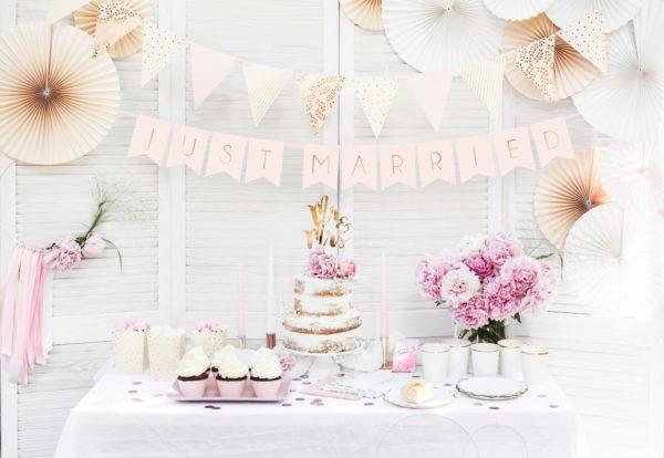 girlanda flagietki pudrowy róż, biel, złoto, dekoracje słodkiego stołu, dekoracja candy-bar, dekoracja stołu, dekoracje weselne, dekoracje