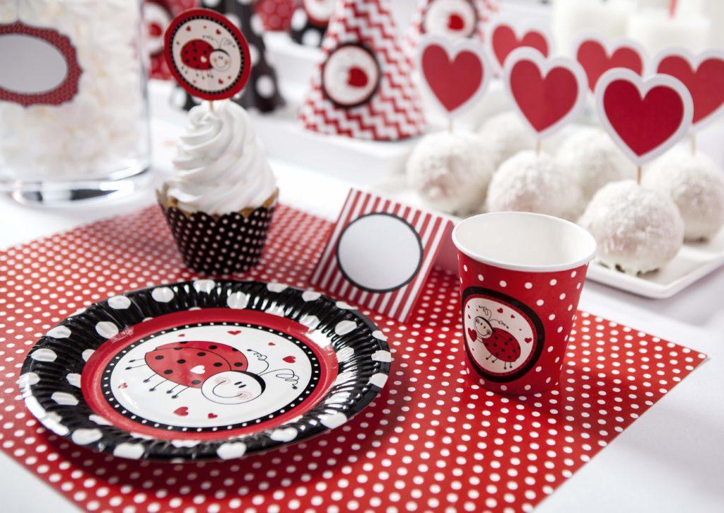podkładki papierowe na stół, czerwone podkładki papierowe, dekoracyjne podkładki papierowe na stół walentynkowe