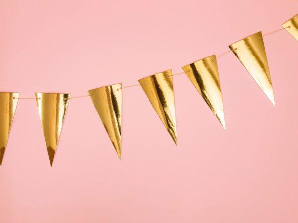 złota girlanda, girlanda flagietki złote, dekoracja candy-bar, dekoracja stołu, dekoracje weselne, dekoracje urodzinowe