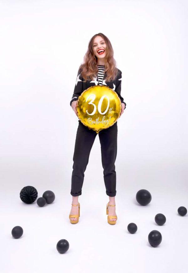 balony na 30stkę, złote dekoracje na imprezę 30 stkę, złoty balon foliowy okrągły z białą cyfrą 30, dekoracje balonowe, balony urodzinowe,