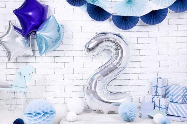 srebrny balon cyfra 2 86 cm, balon cyfra foliowa 2, dekoracje srebrne na imprezę, srebrne balony urodzinowe cyfry, balony na imprezy,