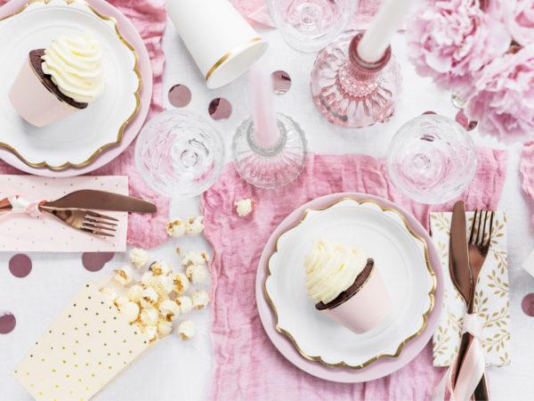 ozdobne talerzyki papierowe, talerzyki białe ze złotym brzegiem, talerze Glamour, dekoracje Candy Bar, słodki stół