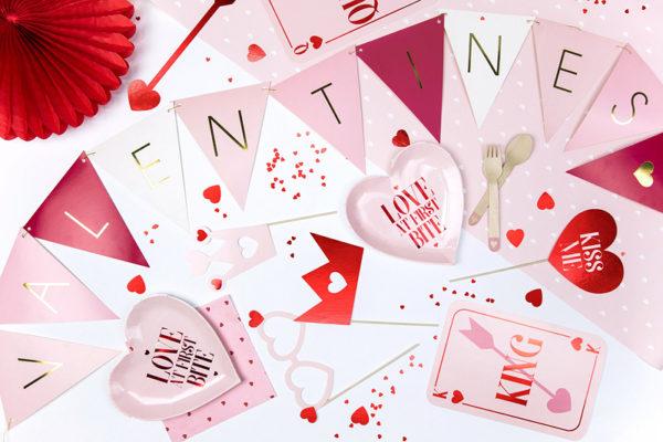 dekoracje papierowe dla zakochanych, girlanda na święto zakochanych, girlanda flagietki na walentynki