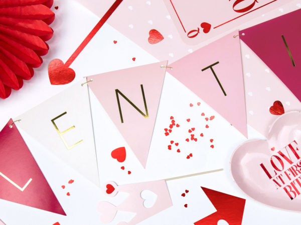girlanda flagietki na walentynki, dekoracje papierowe dla zakochanych, girlanda na święto zakochanych, valentines day decoration