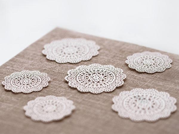 ozdobne wizytówki na stół 5 cm, papierowe wizytówki rozety 5 cm, dekoracje papierowe na stół