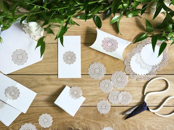 ozdobne wizytówki na stół 5 cm, papierowe wizytówki rozety 5 cm, dekoracje papierowe na stół, weselne wizytówki na stół 5 cm