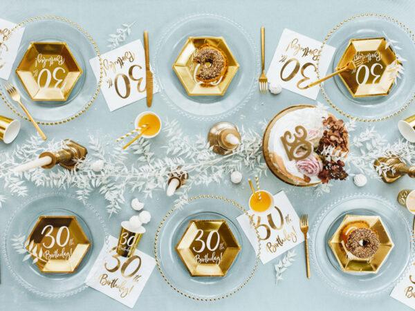białe serwetki ze złotym napisem 30th birthday, dekoracje na 30 urodziny, dekoracje na 30stkę, serwetki na 30 urodziny, serwetki na 30stkę, serwetki urodzinowe