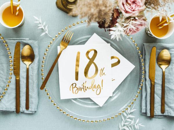 dekoracje na 18 urodziny, serwetki na 18 urodziny, serwetki urodzinowe, białe serwetki ze złotą cyfrą 18, serwetki na 18stkę, dekoracje na 18stkę,