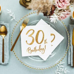 dekoracje na 30stkę, serwetki na 30 urodziny, białe serwetki ze złotym napisem 30th birthday, serwetki na 30stkę, dekoracje na 30 urodziny, serwetki urodzinowe