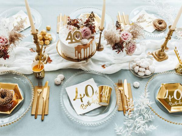 dekoracje na 40 urodziny, dekoracje na 40stkę, serwetki na 40 urodziny, białe serwetki ze złotym napisem 40th birthday, serwetki na 40stkę, serwetki urodzinowe