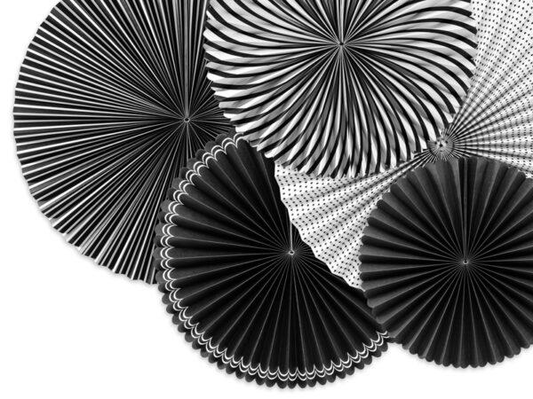 rozety papierowe biało-czarne, dekoracje na impreze czerń i biel, dekoracyjne rozety papierowe