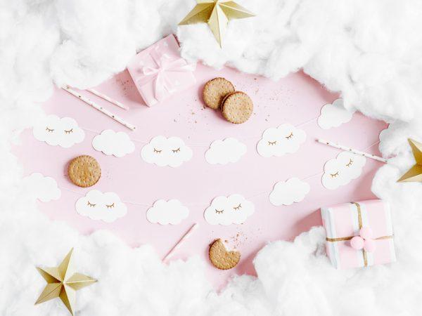 girlanda chmurki, girlanda biało-złote chmurki, dekoracje na chrzest, biało-złote dekoracje na komunię, dekoacje urodzinowe, girlanda urodzinowa chmurki