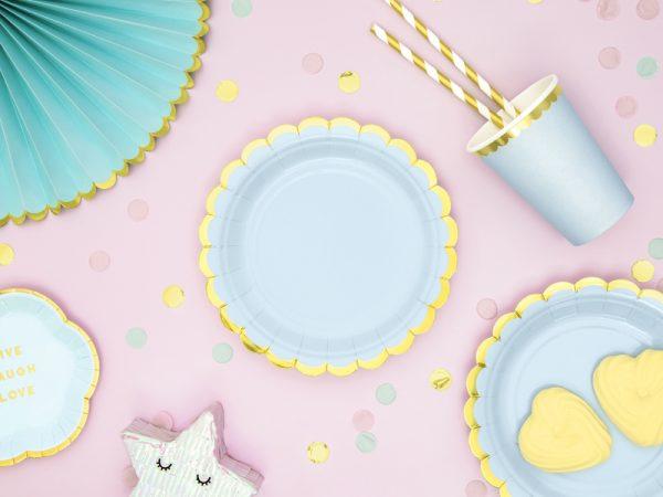 kubeczki niebieskie ze złotym brzegiem, niebiekie dekoracje imprezowe, imprezowe kubeczki,