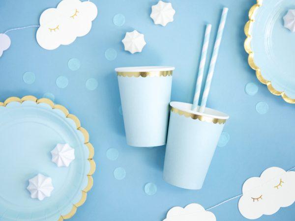 kubeczki niebieskie ze złotym brzegiem, niebiekie dekoracje imprezowe, imprezowe kubeczki, niebieskie kubeczki urodzinowe