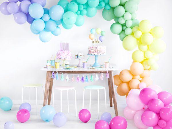 kubeczki niebieskie ze złotym brzegiem, niebieko-złote dekoracje imprezowe, imprezowe kubeczki, niebieskie kubeczki na baby shower