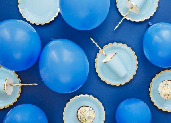 kubeczki niebieskie ze złotym brzegiem, niebieko-złote dekoracje imprezowe, imprezowe kubeczki, niebieskie kubeczki urodzinowe